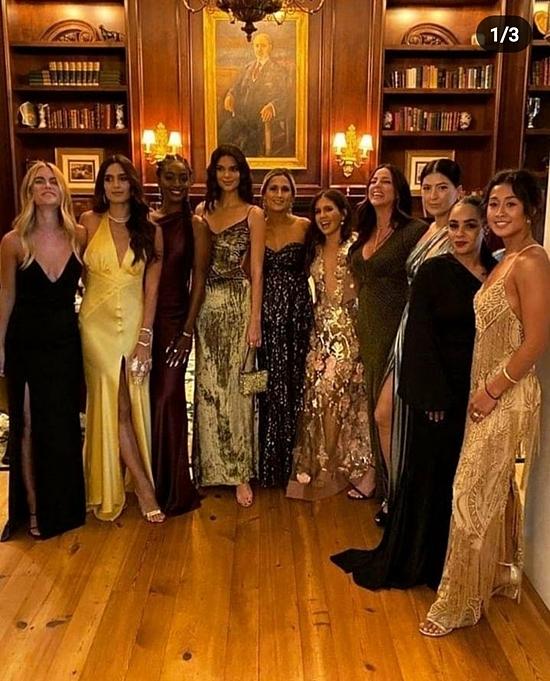 Các khách mời nữ diện đầm dạ hội lộng lẫy.