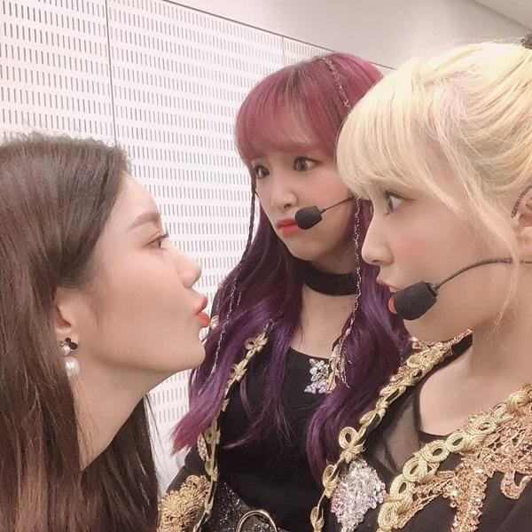 Eun Bi chu môi đòi hôn khiến Nako trợn mắt kinh ngạc còn Ye Na biểu cảm khó tả.