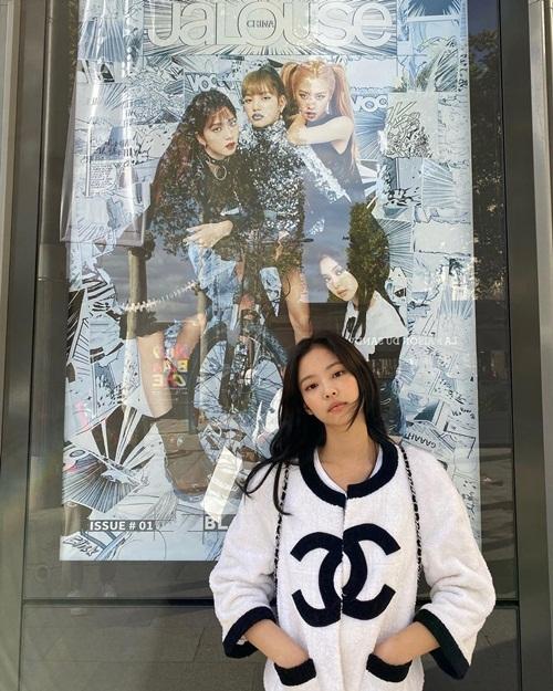 Jennie khoác áo Chanel dạo phố Paris. Cô nàng tạo dáng với poster Black Pink kèm lời khen: Họ thật ngầu.