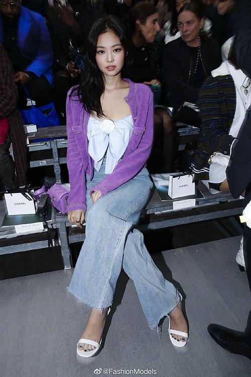 Jennie khiến nhiều tín đồ thời trang thất vọng khi xuất hiện trong show Chanel tại Paris Fashion Week với trang phục có phần kém sang so với thường lệ. Nữ idol diện áo hai dây thắt nơ, kết hợp áo khoác tím, quần jeans ống rộng và sandals. Nhiều bình luận cho rằng bộ cánh này trông bình thường như ra sân bay, chưa toát lên được khí chất của idol sang chảnh.