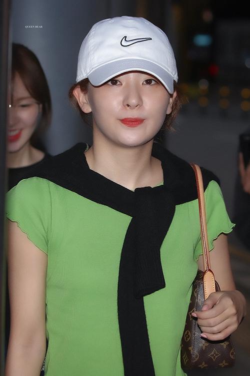 Một thành viên nữa của nhà Red Velvet - Seulgi cũng thắt áo len trên cổ như khăn quàng khi đã nhàm chán với cách buộc áo trên hông. Với chiếc áo thun màu xanh bơ tươi sáng, Seulgi chọn chiếc áo len màu tối để tạo sự tương phản, làm điểm nhấn cho set đồ của mình.