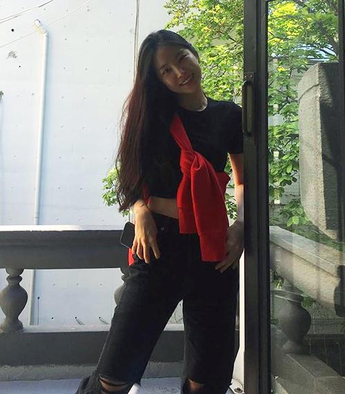Naeun (Apink) - cô nàng luôn bắt kịp các xu hướng cũng không thể bỏ qua cách biến tấu áo len thú vị này, set đồ đen trông sẽ không hề nhàm chán khi có ngay một chiếc áo len màu đỏ đô buộc chéo đầy nổi bật.