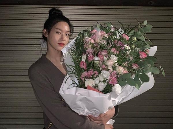 Seol Hyun ôm bó hoa to đùng.