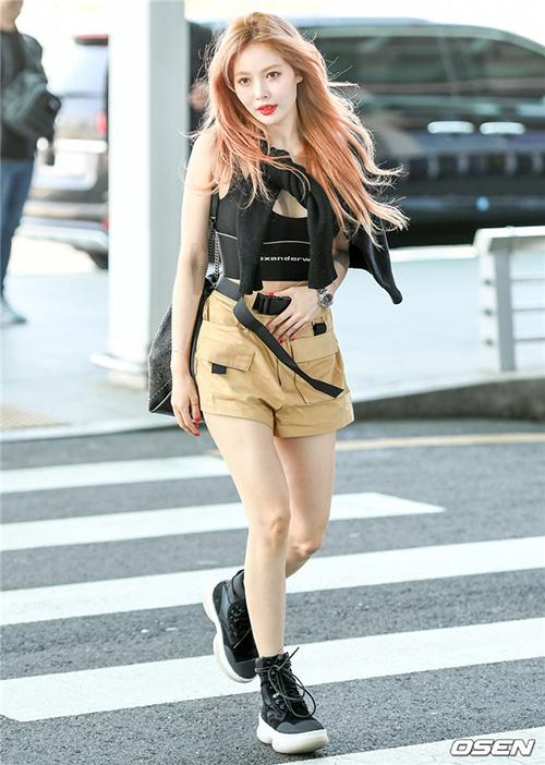 Hyuna buộc áo giúp che bớt phần ngực khi mặc áo cổ rộng.