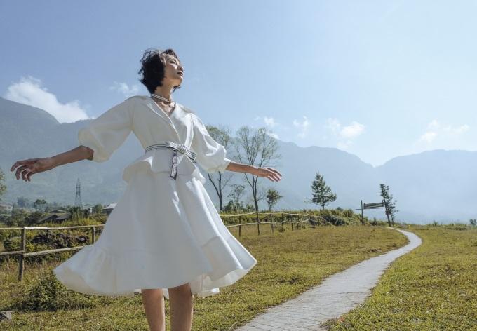 <p> Nhằm thể hiện trọn vẹn vẻ đẹp dung hòa giữa thời trang hiện đại và cảnh vật ban sơ, nhà thiết kế bắt tay với Long Kan - người sáng lập thương hiệu Fashion Voyage với hai show diễn thành công ở Bà Nà (Đà Nẵng) và đảo Bàn Chân (Hạ Long) để trình diễn BST ở Sa Pa vào ngày 26/10 tới.</p>