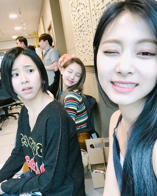 Tzuyu khoe vừa nhuộm tóc màu xanh. Cô nàng nhí nhảnh chụp selfie với các thành viên Twice, bắt được khoảnh khắc sốc nặng hài hước của Chae Young.