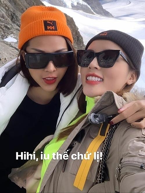 Trước đó, khi lên núi tuyết này, Minh Triệu và Kỳ Duyên đều phải vận ba tầng bảy lớp để giữ ấm.