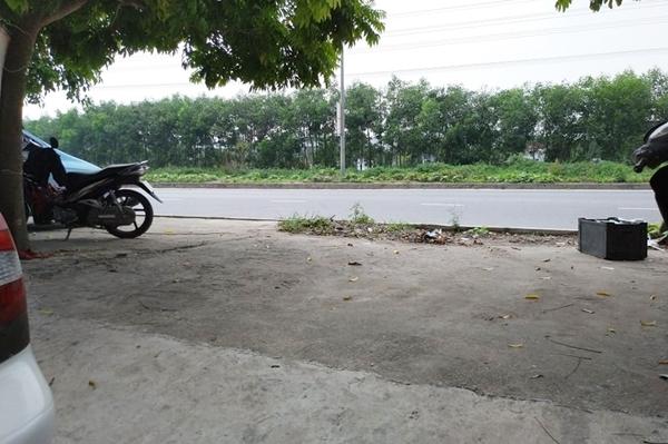 Vị trí đậu chiếc xe đưa đón học sinh, đối diện cơ sở tư thục Đồ Rê Mí. Ảnh: Thúy Quỳnh.