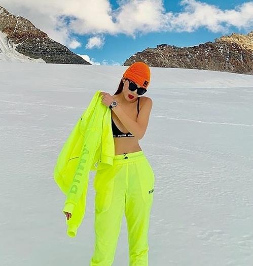 Kỳ Duyên và Minh Triệu đang có chuyến du lịch ở châu Âu. Trong những hình ảnh mới nhất trên núi tuyết tại Thụy Sỹ, Hoa hậu Việt Nam 2014 gây choáng khi cởi áo, chỉ diện một chiếc áo ngực rất mỏng manh.