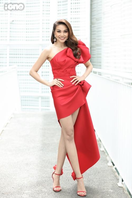 Thanh Hằng nổi bật ở buổi Sơ khảo phía Nam cuộc thi Hoa hậu Hoàn vũ Việt Nam 2019 sáng 6/9. Cô diện bộ đầm lệch vai của NTK Huy Trầnkết hợpsandals đồng điệu của A Mon Avis.