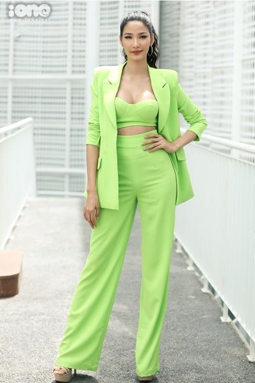 Hoàng Thùy chọn bộ suit gam màu xanh. Cô đóng vai trò là người động viên, hướng dẫn thí sinh tại phòng chờ và khu vực tập luyện.Sắp tới, cô đại diện Việt Nam thi Miss Universe 2019.
