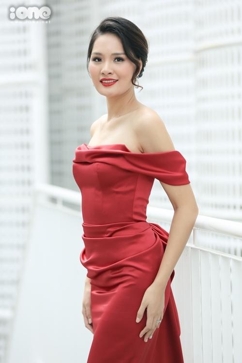 Hoa hậu Hương Giang mặc trang phục của Lê Thanh Hòa. Cô mong tìm được người kế vị xứng đáng cho HHen Niê.