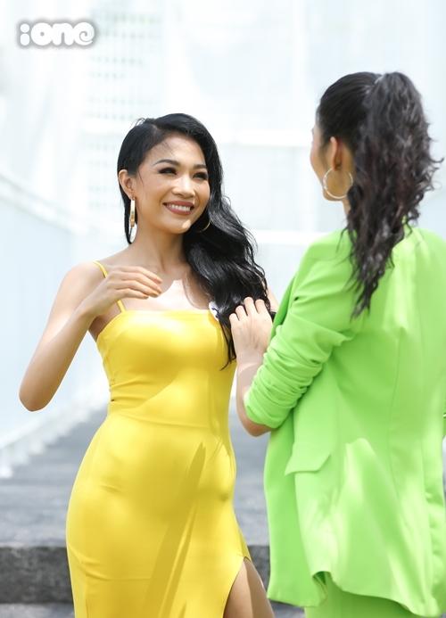 Hoàng Linh - em gái Hoàng Thùy - gây chú ý ở vòng thi ảnh online. Cô được chị gái chăm sóc ở buổi sơ khảo.