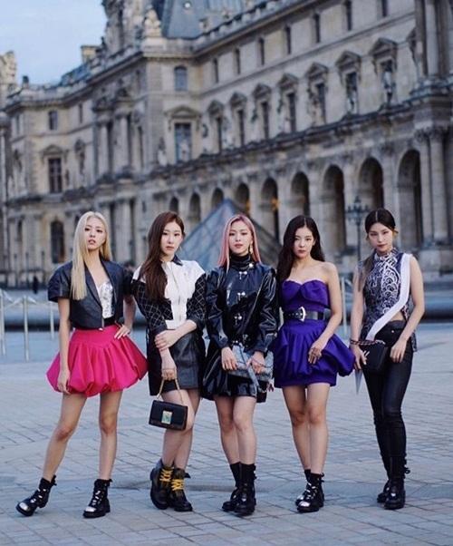 Chiều 1/10 (giờ địa phương), ITZY ăn diện lộng lẫy tham dự show diễn Louis Vuitton Spring-Summer 2020 thuộc khuôn khổ Paris Fashion Week. 5 thành viên mặc những thiết kế thuộc BST Resort 2020 Collection.