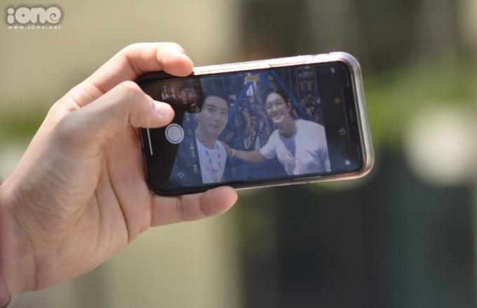 <p> Lúc sắp rời trung tâm, hai thành viên nhà SM Entertainment chủ động tiến về phía cổng, bắt tay và chụp ảnh selfie cùng người hâm mộ.</p>