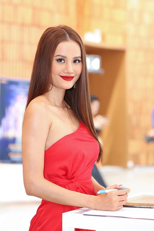 Quán quân Vietnams Next Top Model 2015 - Hương Ly - có mặt từ sớm.