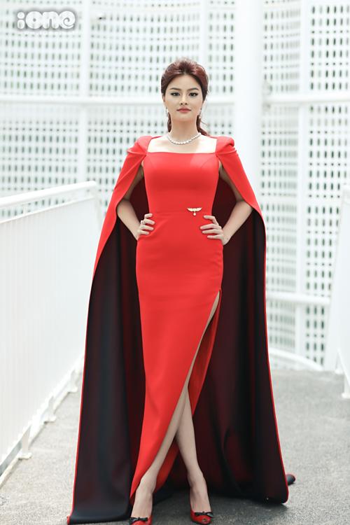 Vũ Thu Phương diện đầm dáng cape. Cô là giám khảo duy nhất được ban tổ chức giữ kín thông tin đến sáng nay.