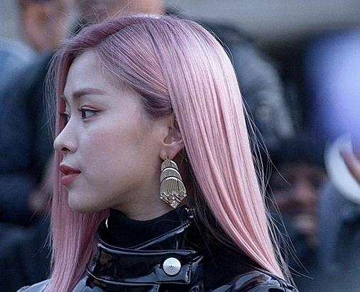 Ryu Jin có mái tóc hồng nổi bật.