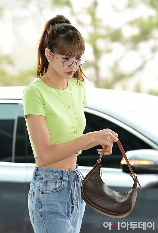 Chiếc áo crop top màu xanh neon giúp nữ idol khoe khéo vòng eo siêu nhỏ. Đây là mẫu áo do người mẫu Irene Kim thiết kế riêng dành cho Lisa với dòng chữ Lisa Is Good.