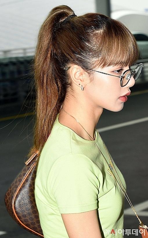 Kiểu tóc đuôi ngựa cùng kính mắt gọng tròn là điểm nhấn hoàn hảo cho diện mạo của Lisa. Ở những khoảnh khắc góc nghiêng do nhà báo chụp, thành viên Black Pink được khen xinh đẹp như bức tranh nghệ thuật.