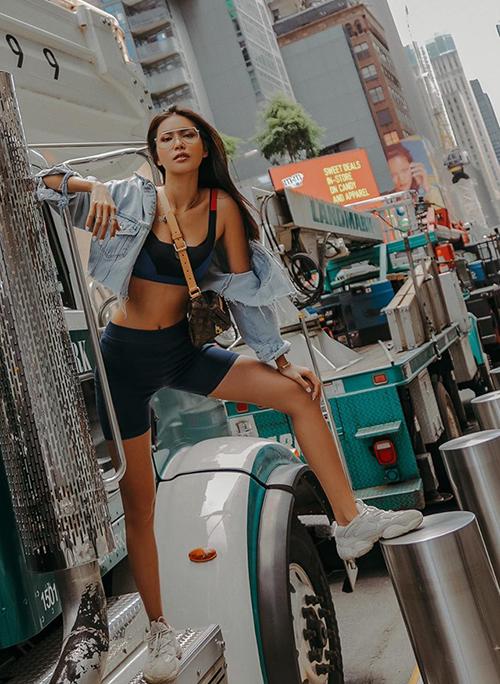 Minh Tú tạo dáng cool ngầu trên đường phố New York.