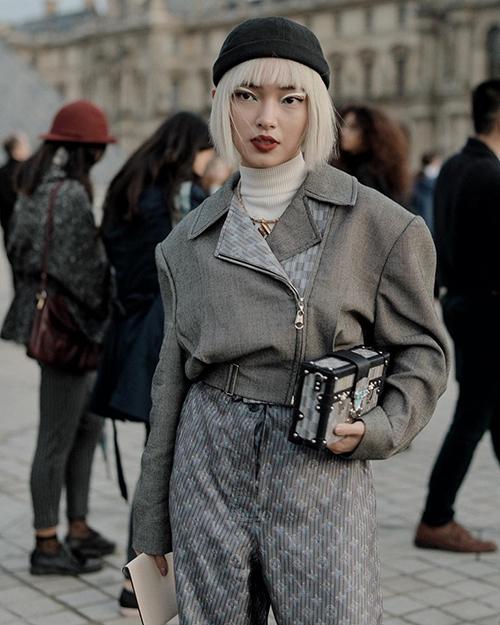 Châu Bùi mặc đồ lạ mắt, kẻ eyeliner sắc lẹm dự show của Louis Vuitton ở Paris Fashion Week.