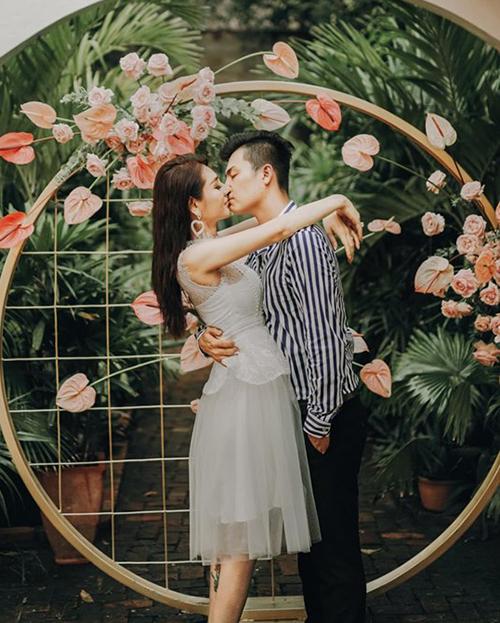 Lâm Khánh Chi khóa môi ngọt ngào với ông xã.