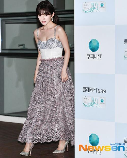 Tham dự sự kiện ngày 1/10, Irene gây bất ngờ với vẻ ngoài gợi cảm. Nữ idol diện váy hai dây với phần cúp ngực ôm sát, tôn lên vòng một đầy đặn.