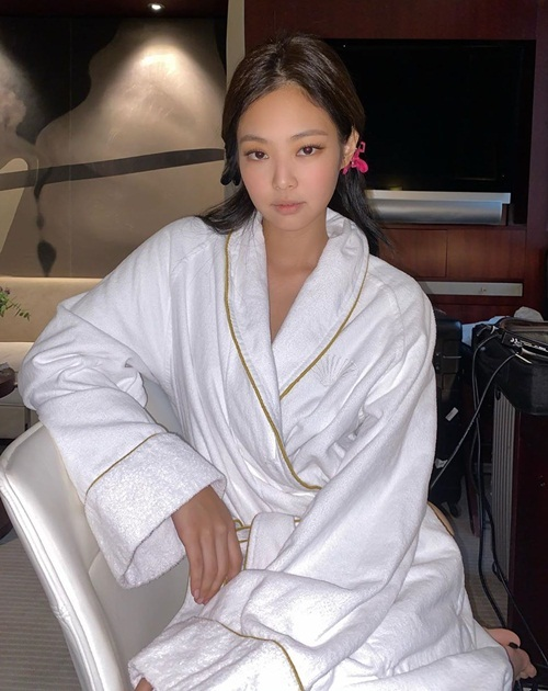 Jennie khoác áo tắm chụp hình trước khi biến hình, lên đồ đi sự kiện.
