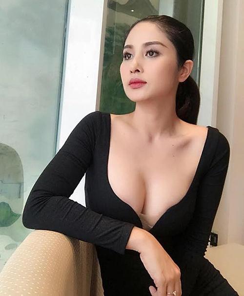 Người đẹp sinh năm 1987 rất ưa chuộng những trang phục ôm sát tôn dáng, xẻ ngực sâu để khoe vòng một dao kéo.