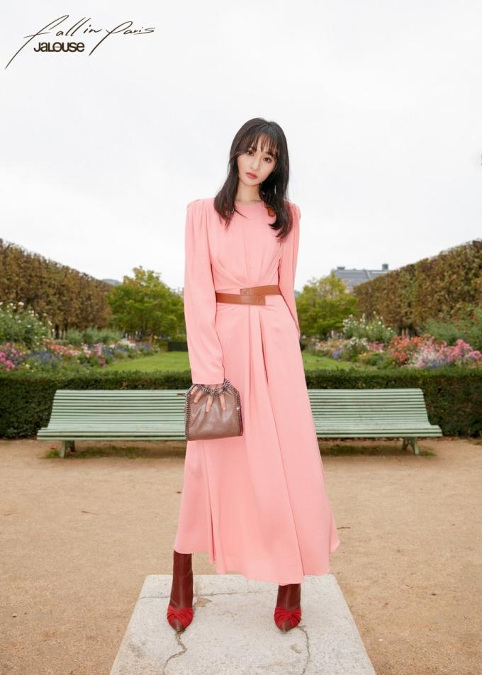 <p> Trịnh Sảng lần đầu dự Tuần lễ thời trang sau 10 năm debut. Cô nàng làm khách mời của thương hiệu Prada.</p>