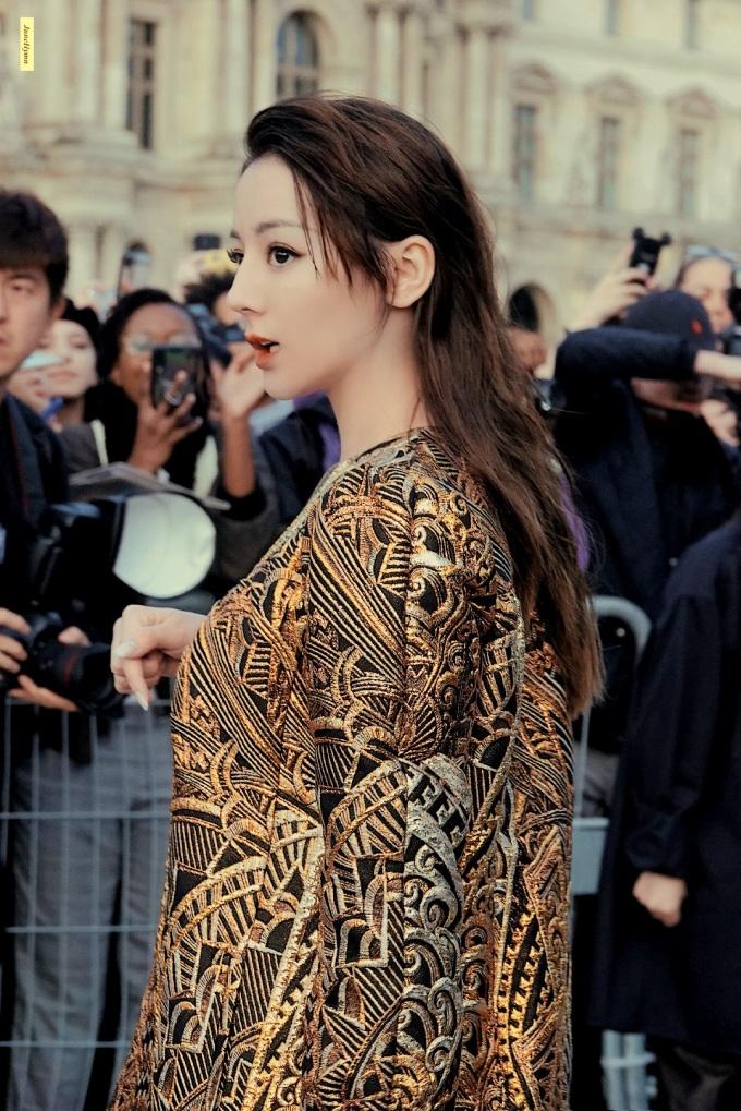 """<p> Tuy vậy, nhan sắc của Nhiệt Ba được cho là đã """"cứu"""" bộ trang phục này. Cô để tóc xõa, vuốt sau tai, chải mái bồng và trang điểm sắc sảo.</p>"""