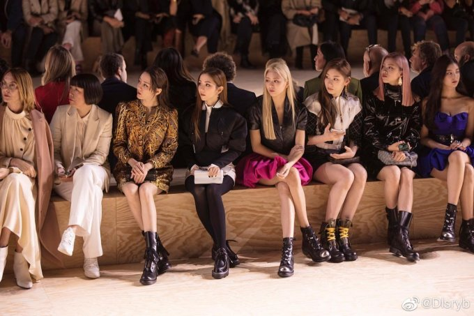 <p> Địch Lệ Nhiệt Ba ngồi cùng nữ ca sĩ Đặng Tử Kỳ và nhóm nữ Hàn Quốc ITZY trên hàng ghế đầu xem show.</p>