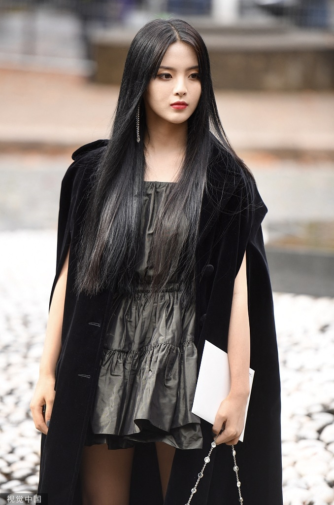 """<p> Cũng trong 1/10, Dương Siêu Việt - nữ idol từng được bầu chọn là ngôi sao có gương mặt đẹp nhất Trung Quốc - có mặt tại show diễn của Miu Miu. Nữ ca sĩ - diễn viên sinh năm 1998 thu hút sự chú ý nhờ tạo hình """"đen toàn tập"""". Ngoại hình khác lạ của Dương Siêu Việt được ví như """"ma cà rồng"""" hay """"tiên hắc ám"""".</p>"""