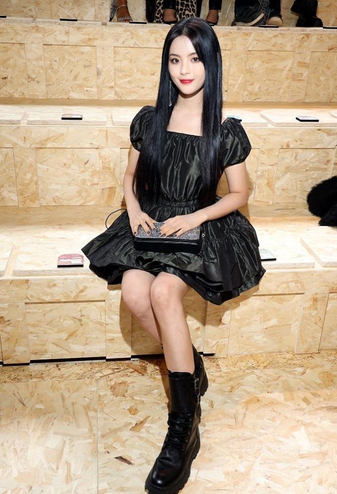 <p> Tuy vậy cũng có ý kiến cho rằng nữ idol thích hợp với phong cách ngây thơ ngọt ngào thường thấy hơn. Dương Siêu Việt là nghệ sĩ Trung Quốc duy nhất được thương hiệu Miu Miu mời đến dự show.</p>