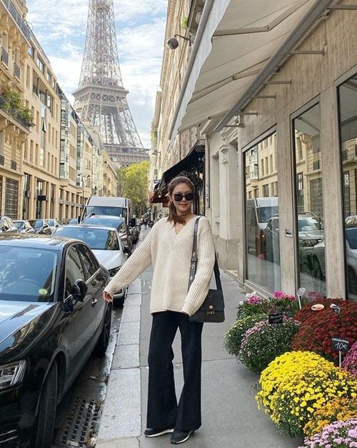 Soo Young chọn những item thoải mái để dạo phố Paris.