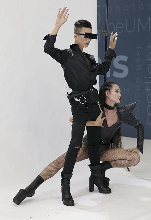Ngoài trang phục táo bạo, cô còn diện đôi giày mũi ngựa không gót. Khi tạo dáng, Bolo Nguyễn Lâm tạo nhiều tư thế pose độc đáo.