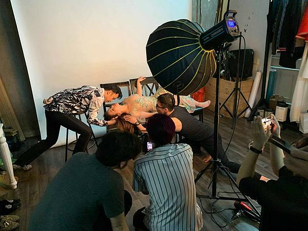 Nhiếp ảnh gia Quang Khuê vừachia sẻhình ảnh Minh Tuyết bị ngất trong hậu trường buổi chụp hình lên trang cá nhân. Làm việc trong 9 tiếng đồng hồ không ăn không uống, Minh Tuyết lả đi và ngất xỉu tại chỗ. 20 phút sau, cô tỉnh lại. Nữ ca sĩ uống nước đường để không tụt huyết áp. Em gái Cẩm Ly sau đó vẫn tiếp tục chụp hình cho đến khi hoàn thành lịch làm việc đã vạch ra từ trước cùng ca sĩ Dương Triệu Vũ.