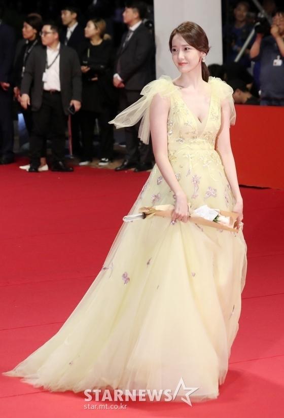 Yoona đang là diễn viên điện ảnh được săn đón sau thành công của bom tấn EXIT. Cô nàng tiết lộ quản lý đang rất vui nhận được nhiều lời mời đóng phim.