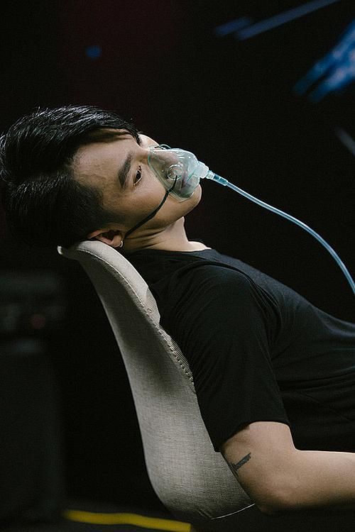 Sơn Tùng M-TP phải dùng đến bình thở oxy để ổn định sức khỏe sau khi hoàn thành phần trình diễn trong đêm nhạc Sky Tour tại Đà Nẵng. Trước đó, nam ca sĩ bận tập luyện, tổng duyệt cho chương trình và tham gia gặp gỡ fan. Lịch trình kín mít khiến anh kiệt sức.