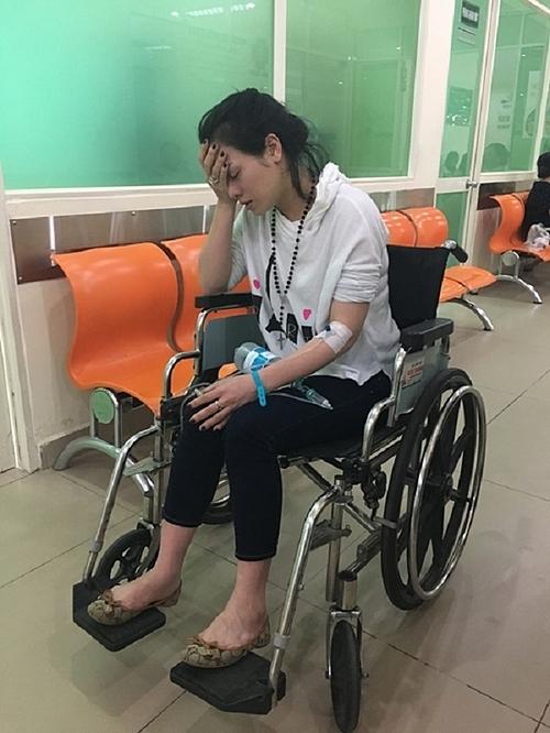 Nhật Kim Anh nhiều lần bị đưa đi cấp cứu giữa các buổi biểu diễn. Sức khỏe cô yếu, bị tai biến.