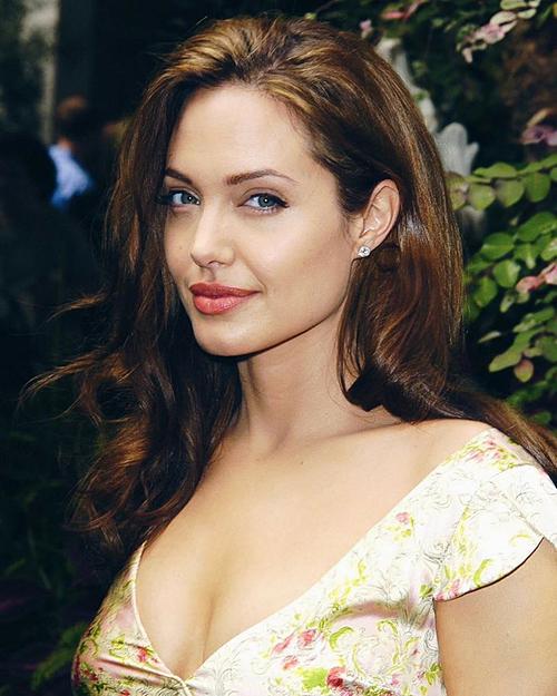 Đây cũng là giai đoạn Angelina Jolie luôn nằm trong top những người phụ nữ quyến rũ nhất hành tinh, thường xuyên xuất hiện trên bìa các tạp chí thời trang danh tiếng.