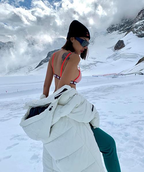 Màn cởi đồ khoe dáng khiến fan phục lăn khả năng chịu lạnh của hai người đẹp.
