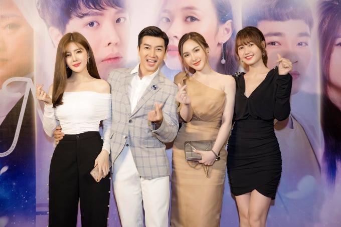 <p> Lilly Luta, Nam Hee, Kelly Nguyễn, Nhung Gumiho (từ trái sang) rủ nhau đi xem phim.</p>