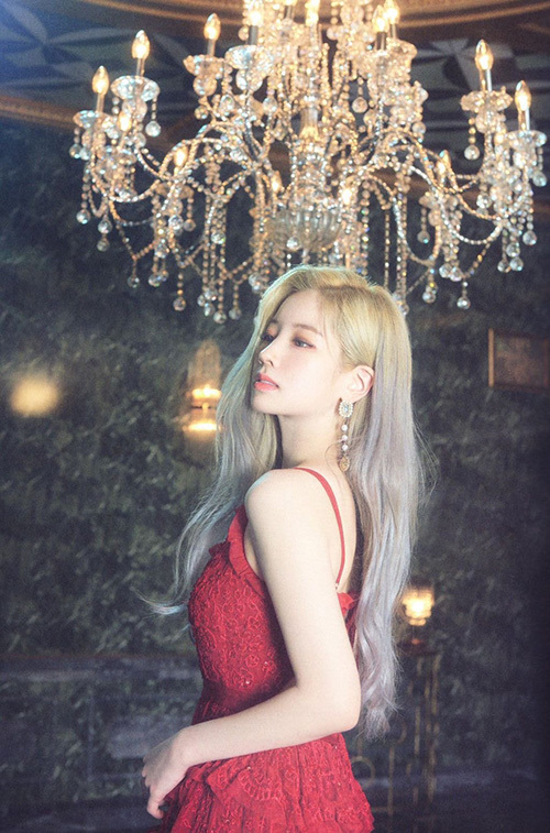 Da Hyun ngày càng xinh đẹp, quyến rũ hơn. Nhiều người bất ngờ khi thấy cô nàng rất hợp với concept sang chảnh mới của Twice.