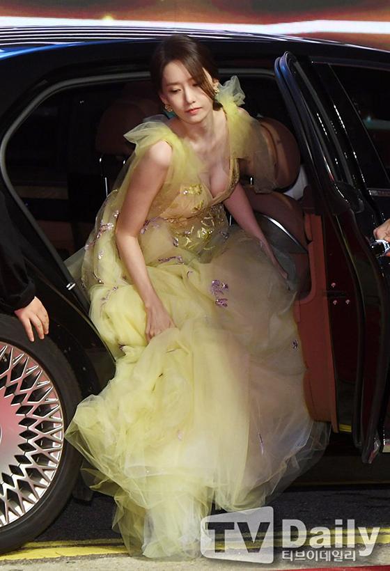 Khoảnh khắc thành viên SNSD xuống xe như khiến mọi người ngừng thở vì quá sexy. Yoona thường bị chê thân hình gầy gò nhưng chiếc váy xẻ sâu lần này khiến nữ idol có khoảnh khác sexy bất ngờ.