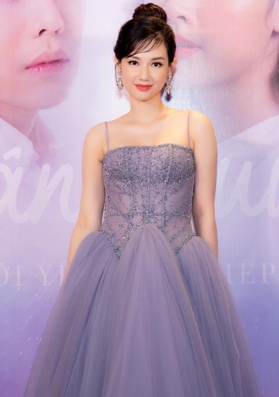 <p> Diễn viên Quỳnh Chi diện đầm công chúa. Lần này, cô đảm nhận vai trò nhà sản xuất và khách mời trong phim. Vừa qua, cô hạnh phúc khi thông báo tác phẩm này sẽ được công chiếu ở thị trường Mỹ vào tháng 12.</p>