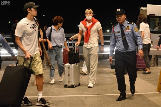 """<p> Sau khi kết thúc hoạt động trong chuyến công tác ở Đà Nẵng, <span class=""""_5yl5""""><span>Choi Si Won và các thành viên đoàn UNICEF ra sân bay để trở về Hàn Quốc lúc 2h sáng. </span></span></p>"""