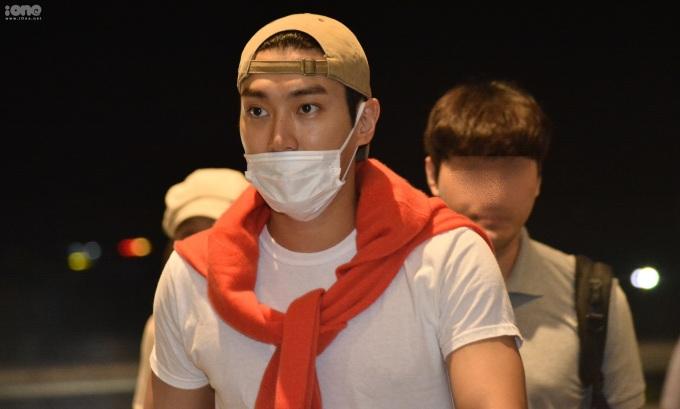 <p> Choi Si Won tiếp tục ăn mặc giản dị với áo thun, mũ lưỡi trai. Anh quàng thêm áo khoác cam nổi bật trên vai.</p>