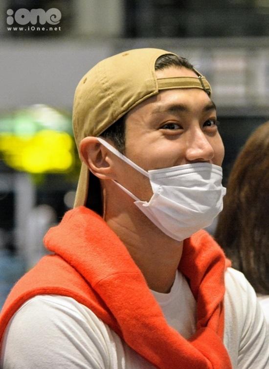 <p> Dù có nhiều hoạt động từ sáng đến tối tại Trung tâm Hỗ trợ Phát triển Giáo dục Hòa nhập Đà Nẵng và Cung Thiếu nhi nhưng nam ca sĩ vẫn đầy sức sống. Thành viên nhóm nhạc Super Junior luôn nở nụ cười tươi.</p>